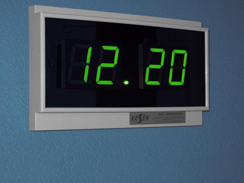 электронные часы зеленого